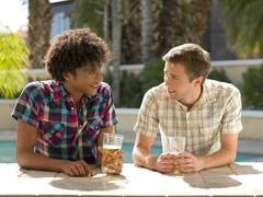 USA, Arizona, Scottsdale, kaksi miestä hotellin baarissa nauttien juoma Kuvituskuvat