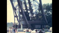 Pariisi 1975: hissi menee alas Eiffel-torni Arkistovideo