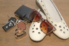 Carkeys, aurinkolasit, kengät taskurahaa, valmis matkustamaan Kuvituskuvat
