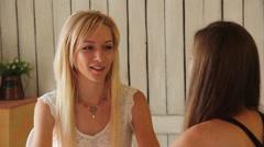 Blondi nuori nainen puhuu toisen naisen Arkistovideo