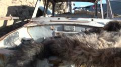 Fur on vanha hylätty ruosteinen auto Tadžikistanin kylässä Arkistovideo