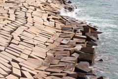 Betonielementeistä muodostaen suojaavan rannikko seawall Kuvituskuvat