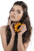 Kaunis tyttö poseeraa auringonkukka Kuvituskuvat
