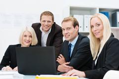 Hymyilevä liiketoiminnan joukkue työssä toimistossa Kuvituskuvat