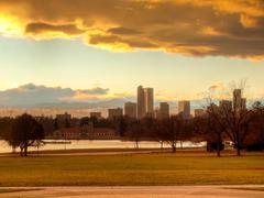 Mile High kaupunki Denver yöllä Kuvituskuvat