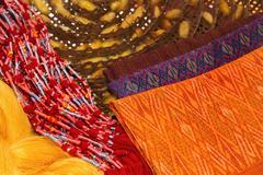 Kaunis thai silkkiä liinoja ja raaka silkkilangoilla aine Kuvituskuvat