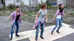 Nuoret kauniit tytöt tanssi kosketa Arkistovideo