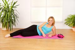 Fitness nainen kotona Kuvituskuvat
