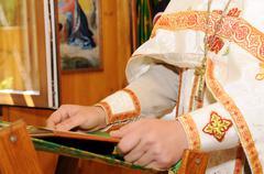 Ortodoksinen pappi lukee Kuvituskuvat