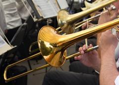 Muusikko soittaa trumpettia orkesteri Kuvituskuvat