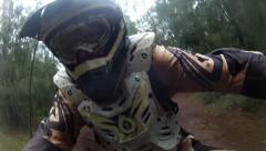 Motocross ratsastaja Havaijilla POV RATSASTUS läpi viidakon OAHU North Shore HD Arkistovideo