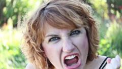 Erittäin turhautunut ja vihainen nainen huutaa Arkistovideo