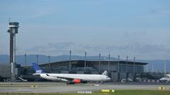 Lentokone lentokentällä Arkistovideo