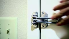 Lukitus lukko hotellihuoneen lähellä ovea Arkistovideo