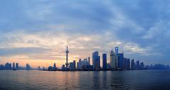 Shanghai aamulla horisonttiin siluetti Kuvituskuvat