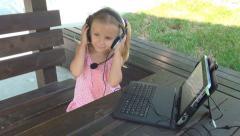Lapsi pelaa, kuuntelee musiikkia Ipad, Tablet, Tyttö kuulokkeet, Children Arkistovideo