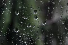 Sade putoaa ikkunalasi Kuvituskuvat