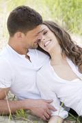 Saksassa, Baijerissa, nuori pari rakastuminen, hymyilee Kuvituskuvat