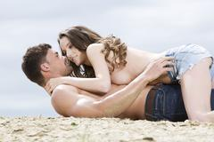 Saksassa, Baijerissa, nuori pari rakastuminen Kuvituskuvat