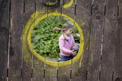 Saksa, Nordrhein-Westfalen, Kölnissä tyttö leikkii pallo playgroun Kuvituskuvat