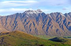 Rosoiset huiput yli lempeä laaksossa Kuvituskuvat