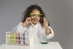 Tyttö kuin tiedemies tutkii laboratoriossa Kuvituskuvat