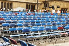 Tuolirivit pihalla, Oxford University, Oxford, Oxfordshire, England Kuvituskuvat