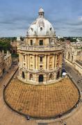 Koulurakennus kaupunkiajossa, Radcliffe Camera, Oxford University, Oxford, Kuvituskuvat