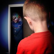 Pelottava hirviö pelle pojilla kaapissa Kuvituskuvat