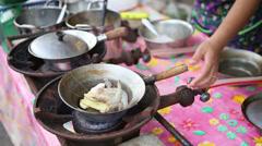 Making Kung Op Wun Sen Baked Prawns and Mungbean Noodles Stock Footage