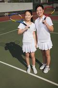 Äiti ja tytär pelaamalla tennistä Kuvituskuvat