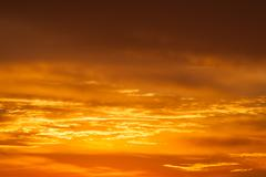 Kirkas elinvoimainen oranssi ja keltainen väri auringonlasku taivas Kuvituskuvat