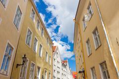 Kapealla kadulla Tallinnan vanhassakaupungissa kaupunki Kuvituskuvat