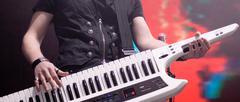 Mies pelaa syntetisaattori Kuvituskuvat