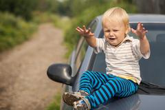 Poika itkee autonvalmistajan Kuvituskuvat