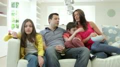 Latinalaisamerikkalainen perhe istuu sohvalla katsomassa tv Together Arkistovideo
