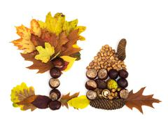 Talo ja puu tehty syksyn lehdet, kastanjat, kävyt ja pähkinät Kuvituskuvat