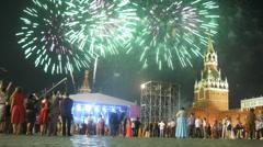 Ylioppilaita kerääminen Red Square katsella ilotulitus show Arkistovideo