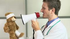 Doctor using mega puhelimen huutaa potilaalle Arkistovideo