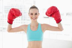 Urheilullinen hymyilevä nainen pintansa nyrkkeilyhanskat Kuvituskuvat