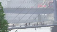 Näytä etäisyydeltä aamulla työmatkalaisten sillan yli Thames Arkistovideo