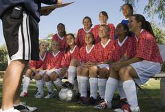 Nainen Soccer Players kuunteleminen valmentaja Kuvituskuvat