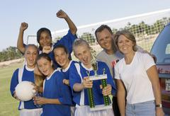 Nainen jalkapalloilija Ystävien ja vanhempien Holding Trophy Kuvituskuvat
