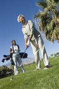 Afrikkalainen amerikkalainen nainen pelaa golfia Kuvituskuvat