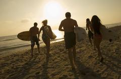 Friends With Surfboards käynnissä kohti Ocean Kuvituskuvat