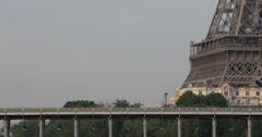 Ultra HD 4K Eiffel-torni Pariisissa Seine-joki Bir-Hakeim Bridge Metro Passing Arkistovideo