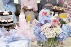 Kimpussa ja lahjoja pöytä Baby Shower Kuvituskuvat