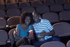 Pari katsomassa elokuvaa yhdessä Kuvituskuvat