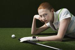 Nainen makaa Course Golf Club And Ball Kuvituskuvat