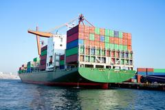 Cargo konttialuksen merisatamassa Kuvituskuvat